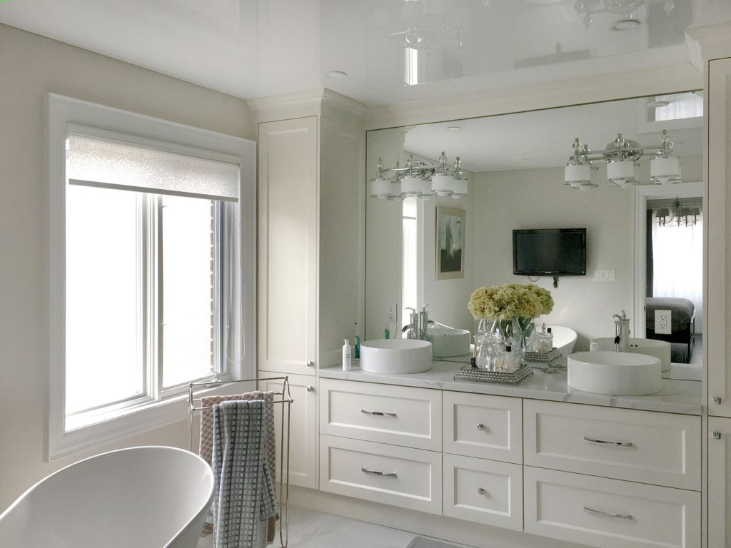 modern bathroom with stretch ceiling glossy by laqfoil
