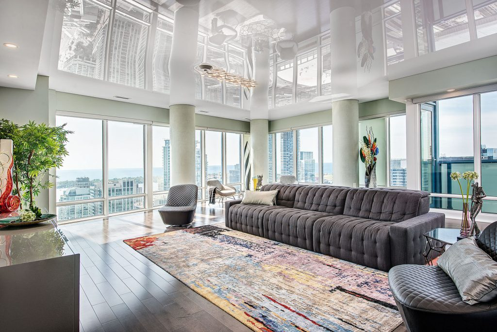 Family Rooms reflective ceiling in apartment